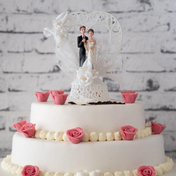 Hochzeitstorte aus Buttercreme zweistöckig mit Brautpaar und Namenszug
