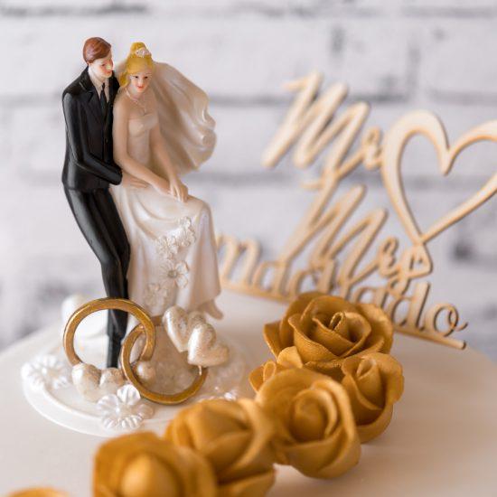 Hochzeitstorte aus Buttercreme einstöckig mit Brautpaar, Topper & Rosen in gold