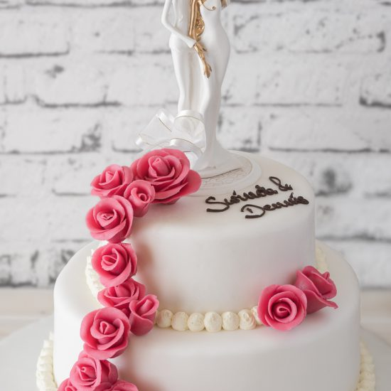 Hochzeitstorte aus Buttercreme zweistöckig mit Brautpaar, Namenszug & Rosenranke
